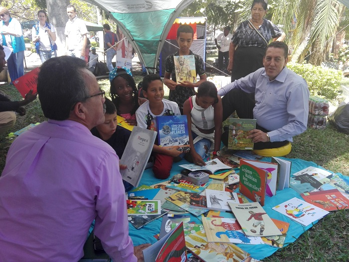 alcalde compartio la lectura con los niñ@os