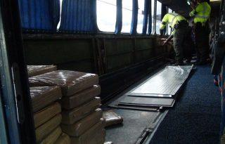 Policía capturó a dos hombres que, a bordo de un bus transportaban más de 300 kilogramos de marihuana.2
