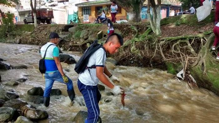Estudiantes de obras sociales limpiando el río Quilichao. 2