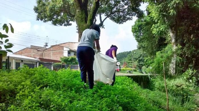 Estudiantes de obras sociales limpiando el río Quilichao.