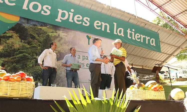 Presidente Juan Manuel Santos entregó en el Cauca 329 títulos de propiedad a familias campesinas3