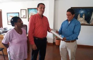 Alcalde hizo entrega de escrituras de centro de salud de Morales Duque a Quilisalud E.S.E.