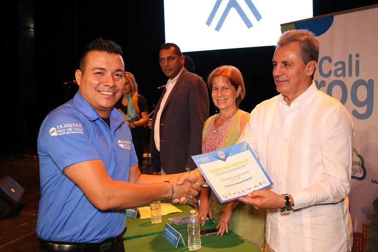 351 taxistas se certificaron como los primeros Taxista PRO de Cali.2