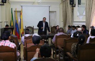 Gobernador del Cauca se reúne con comunidad de Río Blanco